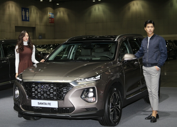 Hyundai Motor's all-new Santa Fe SUV comes with a choice of engines including a 2.0-liter diesel, a 2.2-liter diesel and a 2.0-liter gasoline turbo engine. (image: Hyundai Motor)
