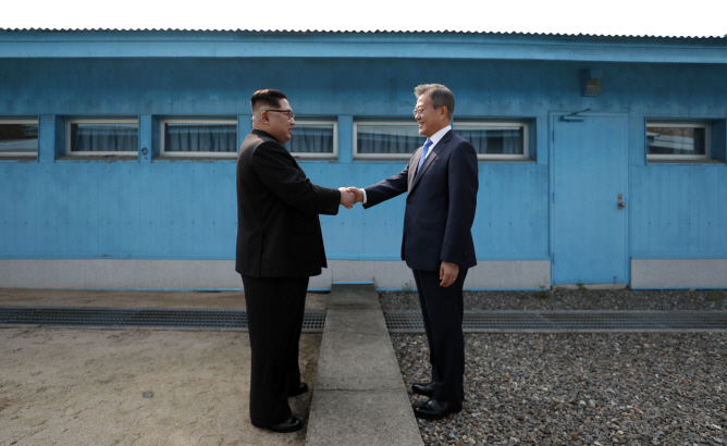 South Korean President Moon Jae-in (R) shaking hands with North Korean leader Kim Jong-un at the border village of Panmunjom on April 27, 2018 ahead of their first summit. (Yonhap)