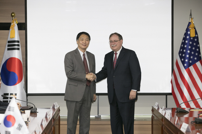 Chang Won-sam (L), South Korea's negotiator in defense-cost talks with the U.S., shakes hands with his counterpart, Timothy Betts, during the fourth round of bargaining in Seoul on June 26, 2018. (Yonhap)