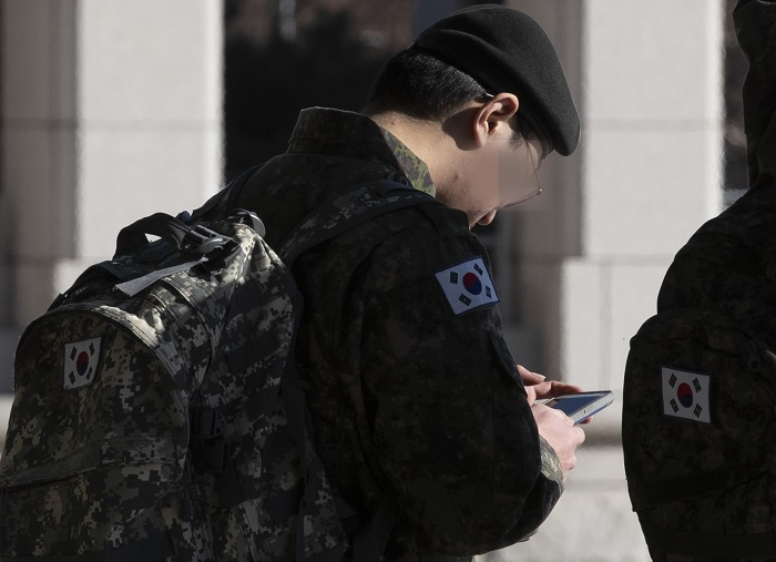 Soldiers were on monthly plans that charge them more or less 50,000 won (US$44.92) each month, similar to the ones used by civilians. (image: Yonhap)