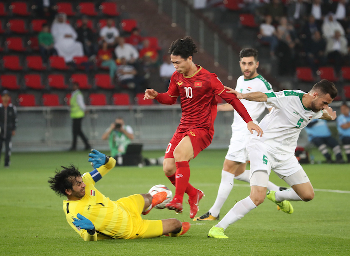 This file photo taken on Jan. 8, 2019, shows Vietnam's Nguyen Cong Phuong (C) in action during an AFC Asian Cup Group D match against Iraq in Abu Dhabi, the United Arab Emirates. (Image: Yonhap)