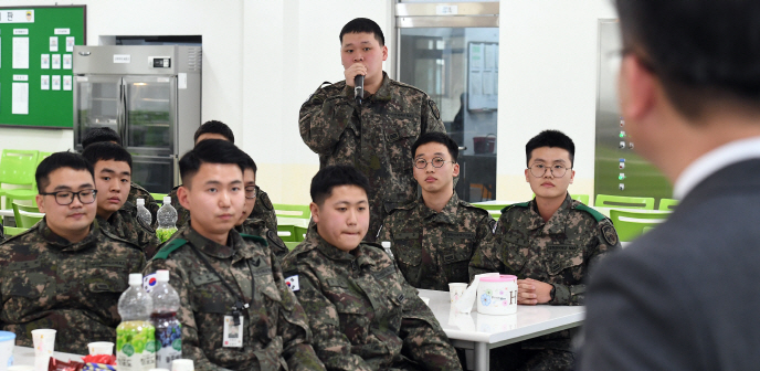 Soldiers said they felt less isolated after being allowed to use mobile phones. (image: Yonhap)