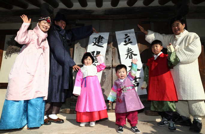 A family dressed in traditional clothes enjoys an outing ahead of the Lunar New Year holiday in Seoul on Feb. 1, 2019. (Yonhap)