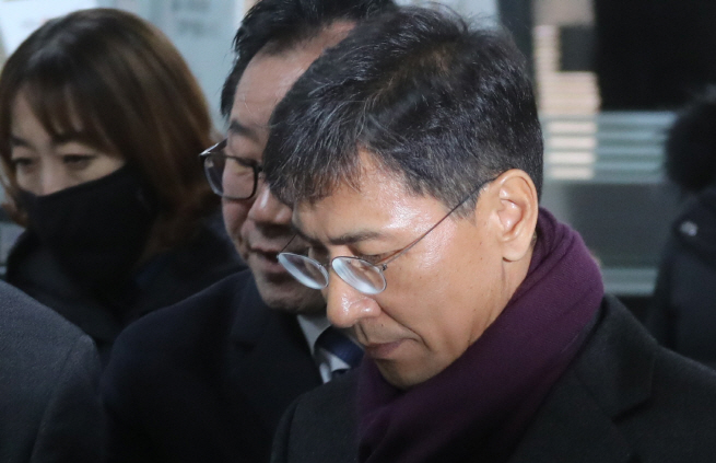 Former South Chungcheong Province Gov. An Hee-jung enters a courthouse in southern Seoul to attend his trial over sex abuse allegations on Feb. 1, 2019. (Yonhap)