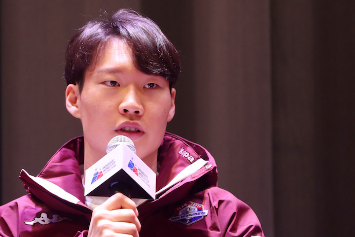 South Korean alpine snowboarder Lee Sang-ho speaks at a national team event in PyeongChang, Gangwon Province, on Feb. 8, 2019. (Image: Yonhap)