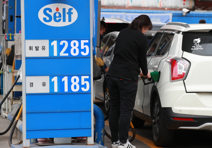 In November, the government said it would temporarily cut fuel taxes by 15 percent for six months to reduce the burden on consumers. (image: Yonhap)