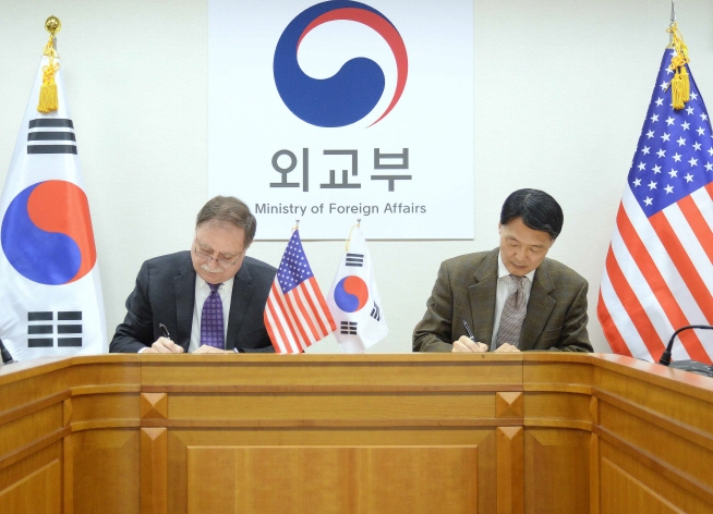 Chang Won-sam (R), South Korea's delegate to defense cost talks with the United States, signs a letter of accord with his counterpart Timothy Betts in a signing ceremony in Seoul on Feb. 10, 2019. (image: Ministry Of Foreign Affairs)
