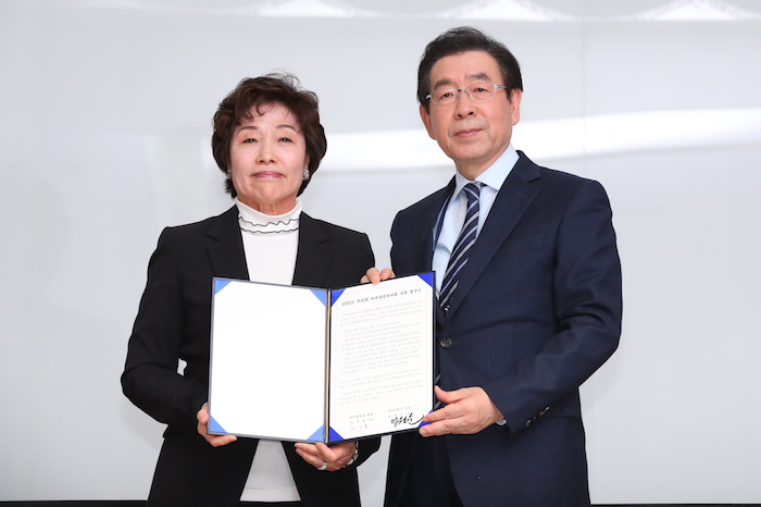Seoul Mayor Park Won-soon (R) and Korean Sport & Olympic Committee (KSOC) Vice President Kim Young-chae pose with a document appointing Seoul as the South Korean candidate city for a joint 2032 Summer Olympics bid with North Korea after a KSOC vote at the Jincheon National Training Center in Jincheon, 90 kilometers south of Seoul, on Feb. 11, 2019. (Image: Yonhap)