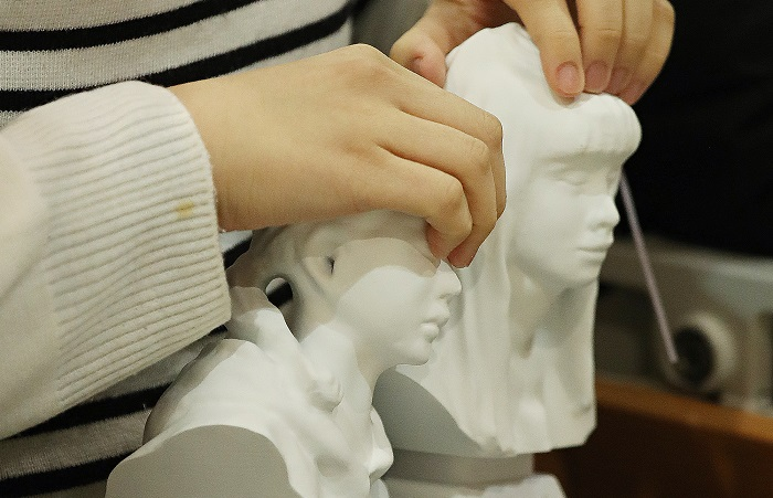 Each statue is 17 centimeters tall, depicting the faces, hairstyle, and other lively features of the graduates. (image: Yonhap)