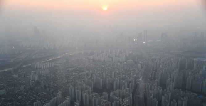 This photo taken from Lotte World Tower in Jamsil on Feb. 21, 2019, shows the smog-covered sky over Seoul. (Yonhap)