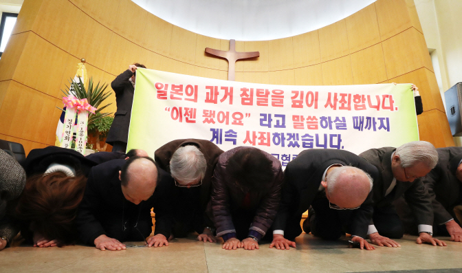 A group of 17 Japanese Christians led by Rev. Reiji Oyama bow down on the floor of a chapel at the Jeam-ri Protestant Church in Hwaseong, Gyeonggi Province, on Feb. 27, 2019, to apologize for the April 15, 1919, massacre of Jeam-ri villagers by Japanese colonial forces. (Yonhap)