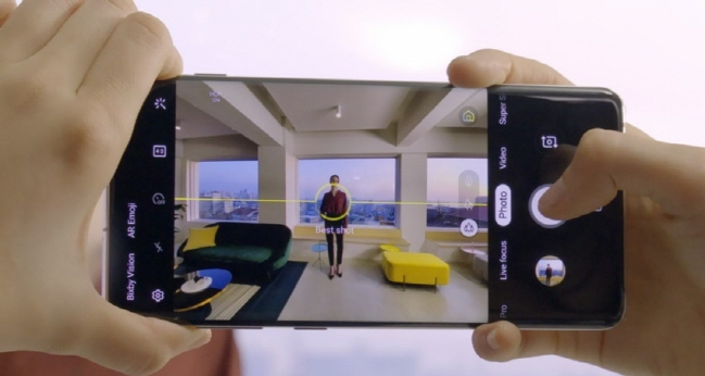 All of the Galaxy S10 models come with a standard 12-megapixel, dual-aperture camera that switches between F1.5 and F2.4. (image: Samsung Electronics)