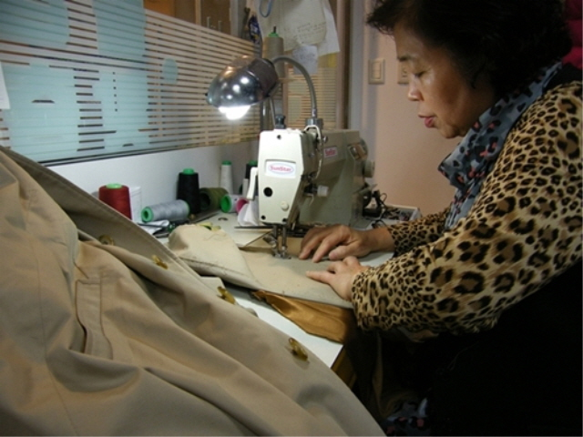 More consumers are buying materials such as buttons and fabrics to decorate ready-made clothes with sewing machines. (image: APM Luxury Clothing Repair)