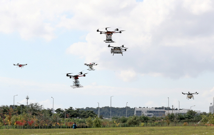 As more drones are being used in various sectors, more than half of South Korean farmers were found to be interested in using drone technology for farming. (image: Rural Development Administration)