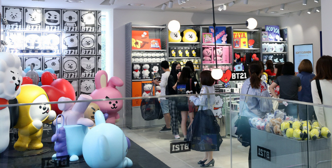 This file photo shows people shopping for BTS-related merchandise at a Line Friends store in Hongdae, west of Seoul. (image: Korean Culture and Information Service)