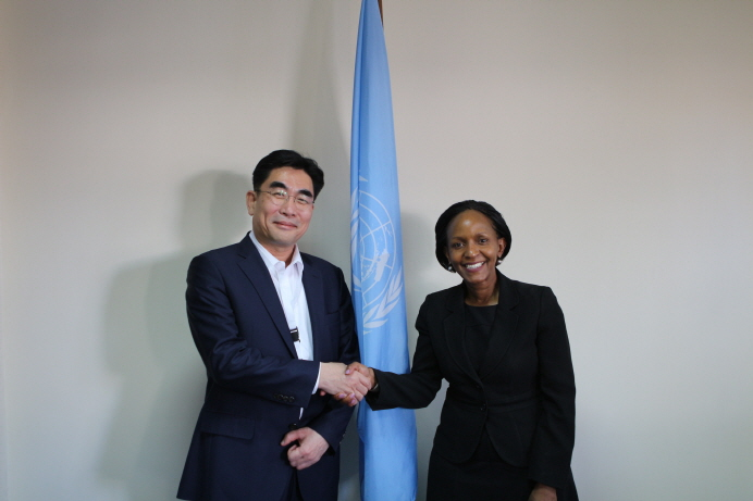 Lee Dong-myun (L), president of KT Corp.'s future platform business group, shakes hands with Joyce Msuya, acting executive director of the United Nations Environment Program, after discussing ways to tackle climate change in their meeting in Nairobi, Kenya, on March 12, 2019. (image: KT Corp.)