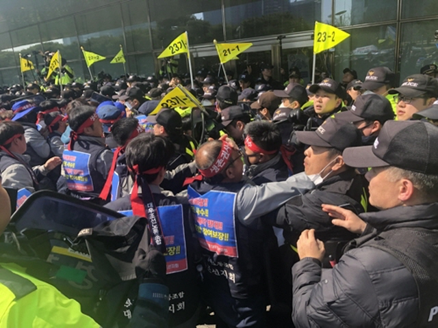 Unionized workers of Daewoo Shipbuilding & Marine Engineering Co. tussle with police as they attempt to enter the headquarters of the Korea Development Bank in Seoul on March 8, 2019. (Yonhap)