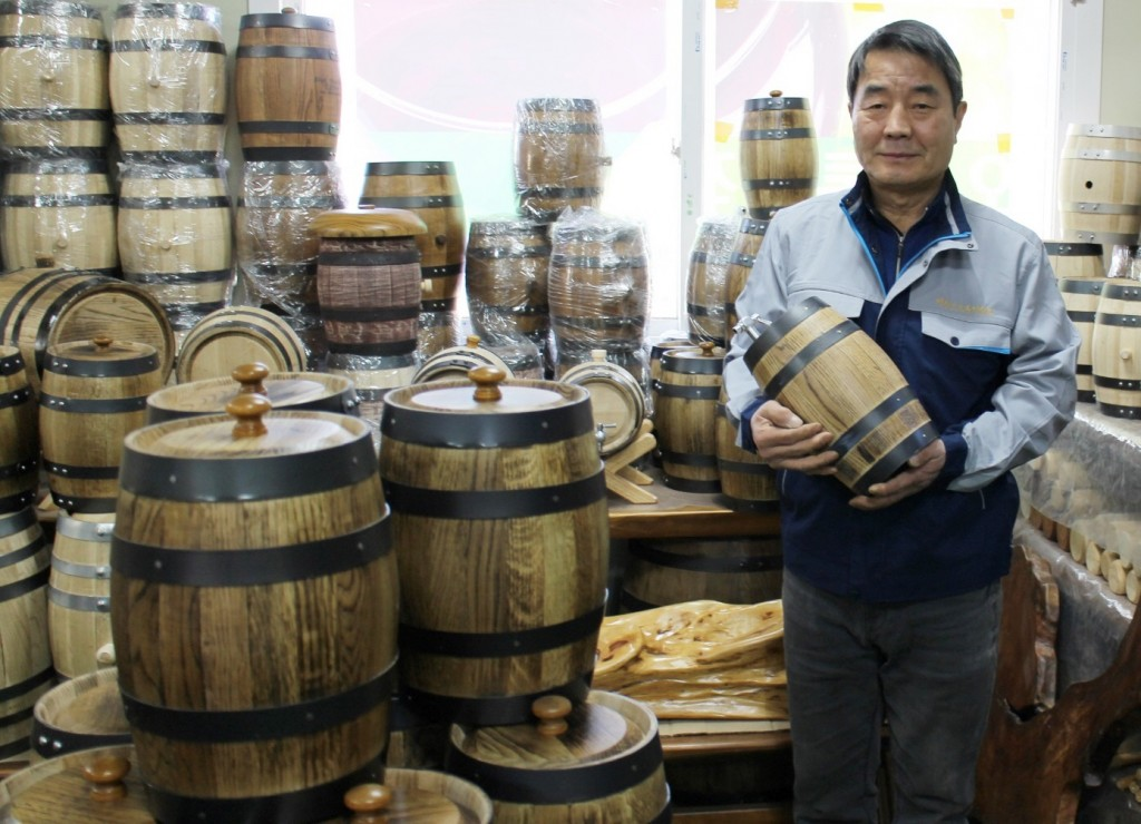 The oak barrels produced in Yeongdong are priced around 1.1 million won (US$968), much cheaper than the 1.8 million won they typically sell for in Europe. (image: Yeongdong County Office)