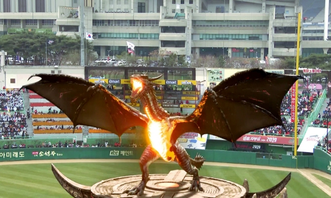 The video of the flying dragon was also aired live through a baseball broadcasting channel, allowing baseball fans to watch the show live on TV or on smartphones. (image: SK Telecom)