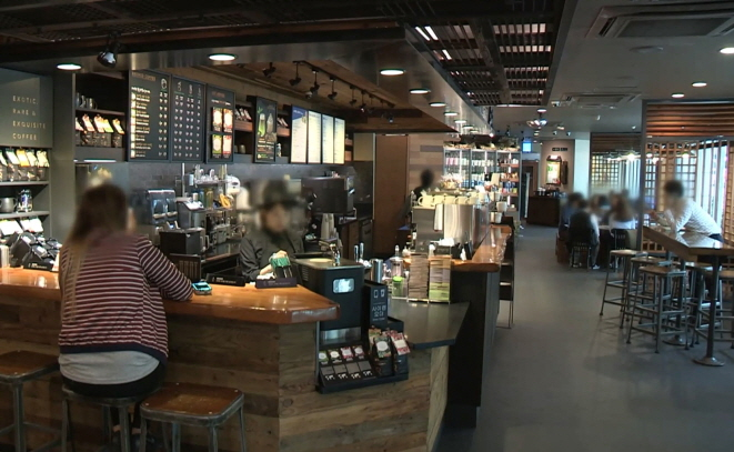 The actual price for a tall size americano at Starbucks is 4,100 won, 1,200 won more expensive than the price most preferred by consumers. (Yonhap)