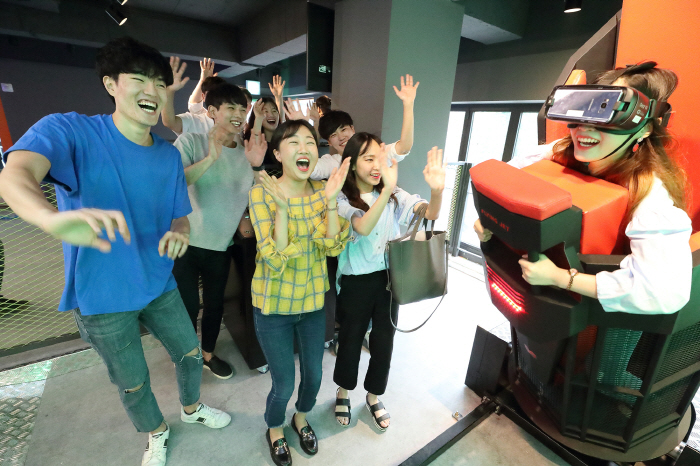 A player experiences a virtual reality game at VRIGHT, an urban theme park near Konkuk University, on June 28, 2018. KT joined hands with GS Retail Co., the nation's major convenience store chain operator, for the VR entertainment business. (image: KT Corp.)