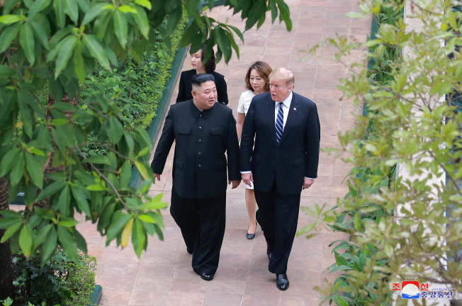 North Korean leader Kim Jong-un (L) and U.S. President Donald Trump take a stroll at the Sofitel Legend Metropole hotel in Hanoi on Feb. 28, 2019. (Yonhap)