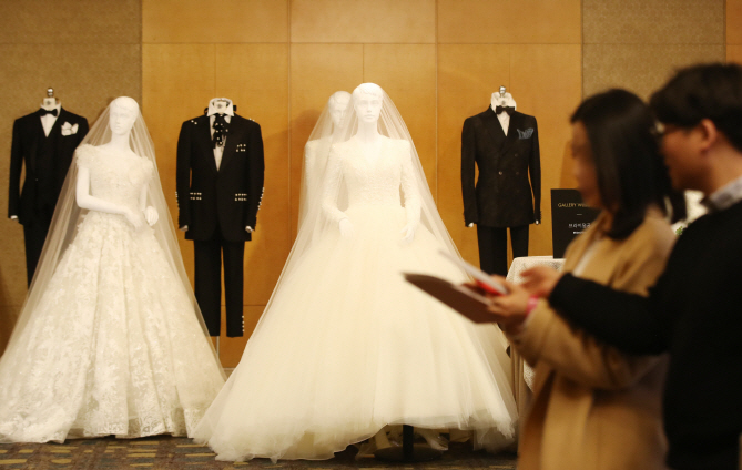 Some young people delay marriage, or give up on marriage altogether, and having babies as they struggle with future uncertainties. (Yonhap)