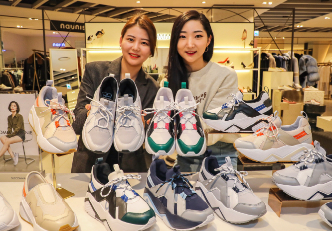 A growing number of women are looking for comfortable sneakers instead high-heeled shoes as light and practical casual clothes are becoming trendy for everyday wear. (image: Hyundai Department Store Group)