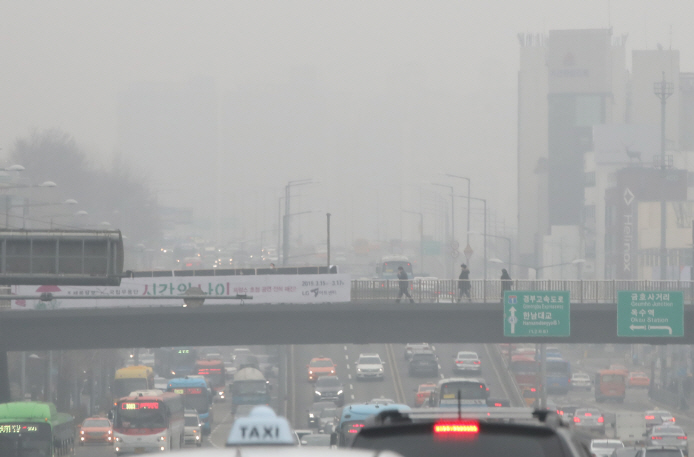 "South Korea's authorities have classified levels of PM 2.5 above 35 micrograms per cubic meter as ""bad"" and above 75 micrograms as ""very bad."" (image: Yonhap)"