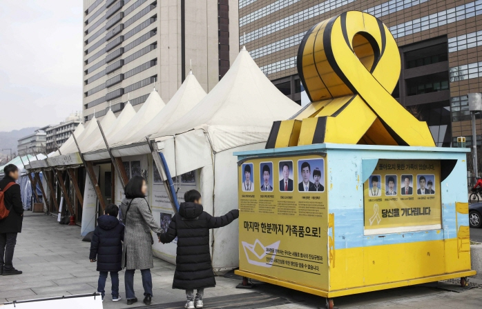 Tents set up in downtown Seoul by families of the victims of the sunken ferry Sewol in memory of the victims and in protest to demand a full investigation of the tragedy. The families agreed to withdraw the tents that were set up a month after the incident.(Yonhap)