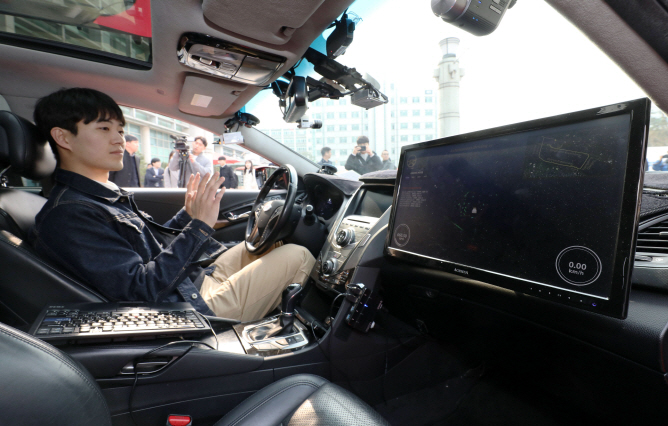 A demonstrator introduces an autonomous vehicle, which was developed by Hanyang University's Automotive Control and Electronic Lab, on March 11, 2019. The self-driving car drove on busy Seoul roads with the help of the 5G network created by LG Uplus Corp. (Yonhap)