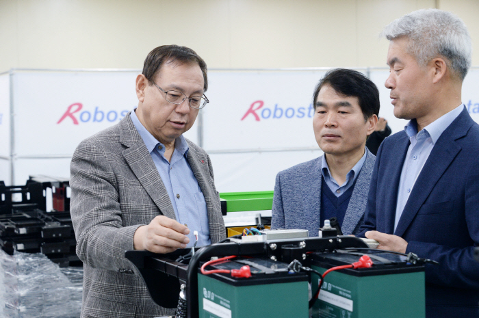 LG Electronics CEO Cho Sung-jin (L) inspects products at Robostar, in Gyeonggi Province, just outside of Seoul, on March 14, 2018. (Yonhap)