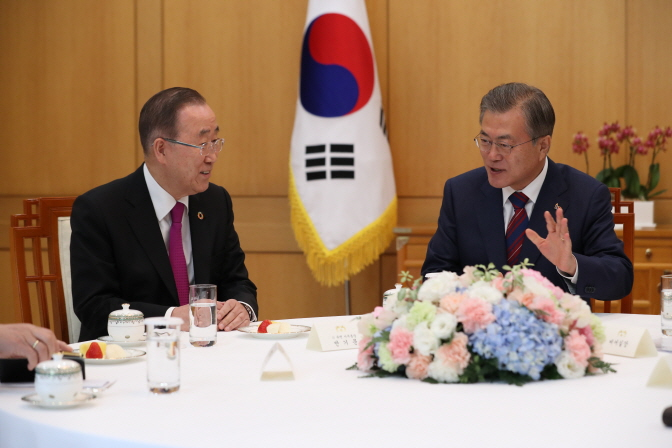 South Korean President Moon Jae-in (R) speaks with former U.N. Secretary-General Ban Ki-moon in a meeting held at his office Cheong Wa Dae in Seoul on March 21, 2019, where he asked the former U.N. chief to chair a new government committee to tackle the issue of fine dust. (Yonhap)
