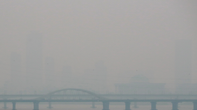 Dense smog obscures Seoul's Yeouido area, where most buildings, including the National Assembly, remain nearly invisible on March 27, 2019. (Yonhap)
