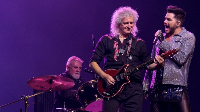 Queen performing with Adam Lambert during their 2017 tour. (image: Public Domain)