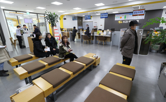 The major lenders led the local financial industry's head count reduction during the two-year period. (Yonhap)