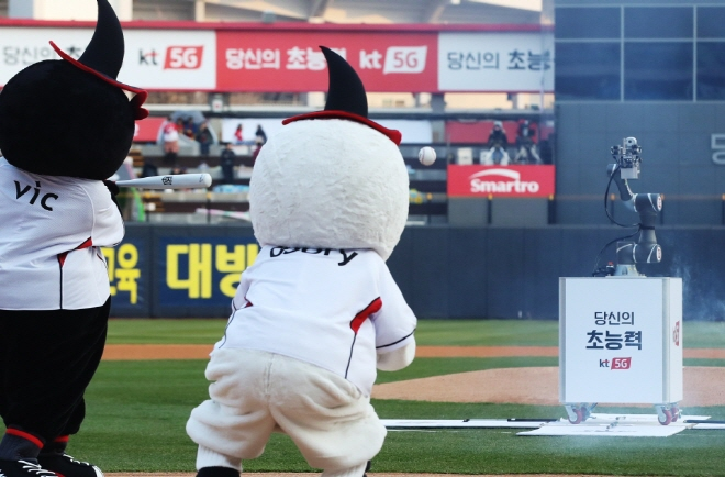 Unmanned Robot Arm Throws First Pitch at KBO Game