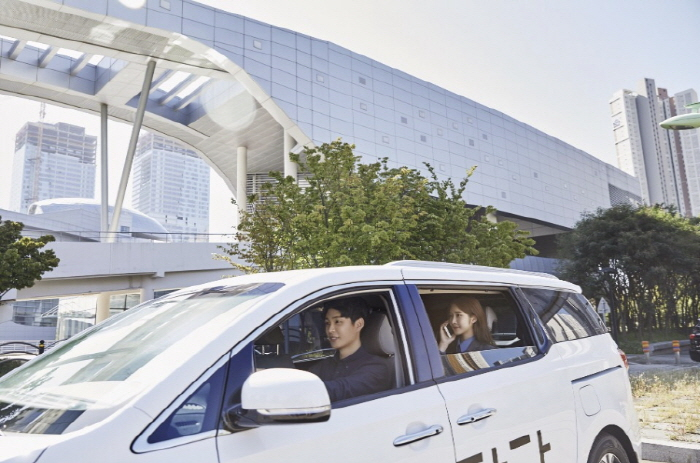 South Korea's leading car-sharing service provider SoCar launched Tada in November, using passenger vans to offer riding-hailing service. (image: Tada)