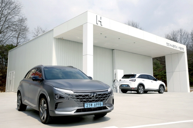 Hyundai Motor Co.'s hydrogen charging station at a highway rest stop in Anseong, 77 km south of Seoul. (image: Hyundai Motor)