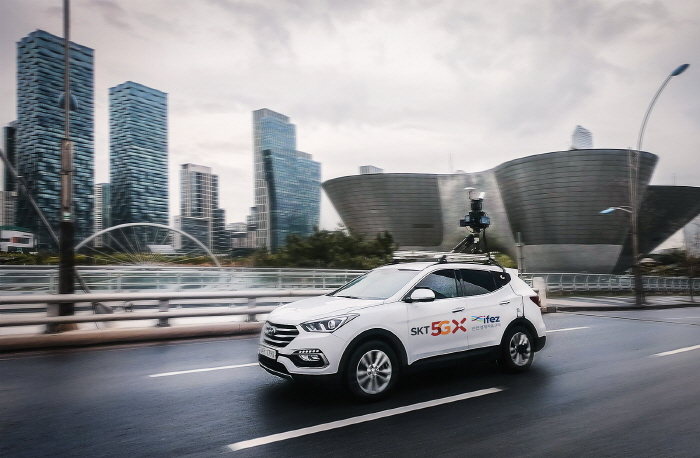 An autonomous car drives on the road in Songdo, an international business district in the western port city of Incheon. (image: SK Telecom)