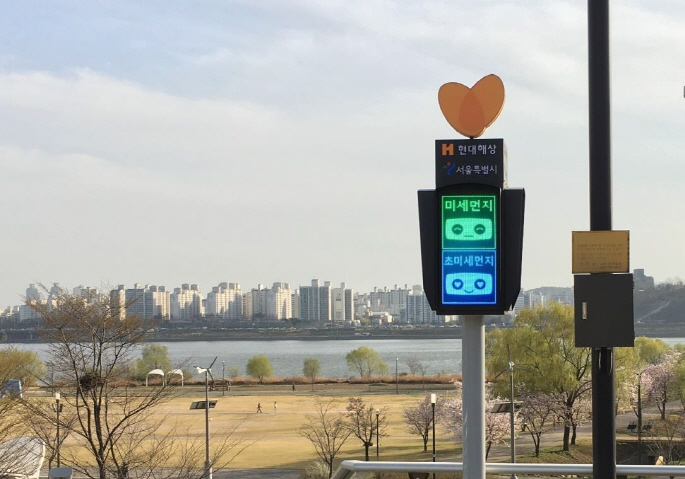 A fine dust signal light installed at a riverside park. (image: Seoul Metropolitan Government)