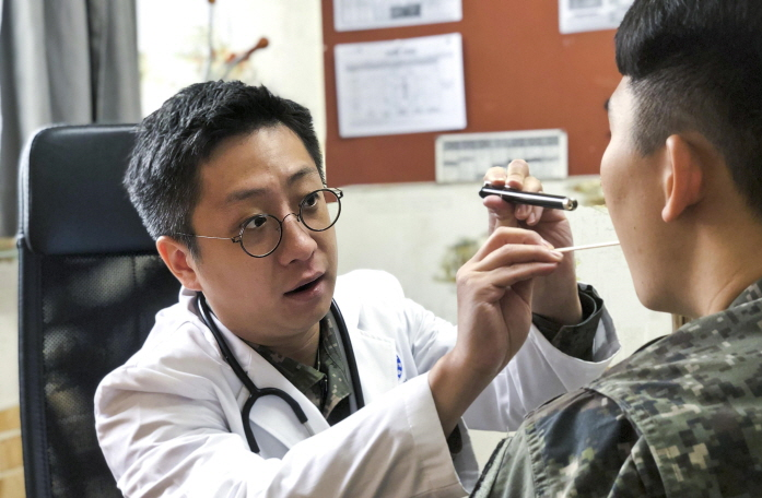 Capt. Heo Jun-nyeong spent three months collecting data from 2,602 patients, which was incorporated into the AI program to raise reliability. (image: ROK Army)