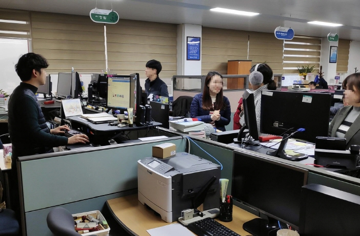 A standing office refers to the installation of height-adjusting equipment on a personal desk so that one can either sit or stand to do work.  (image: Jecheon City Office)