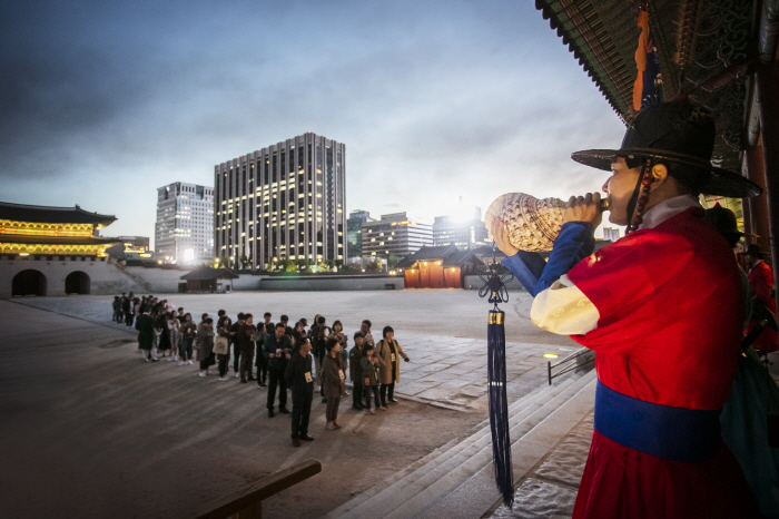Participants in the Gyeongbok Palace Starlight Night tour program. (image: Cultural Heritage Administration)