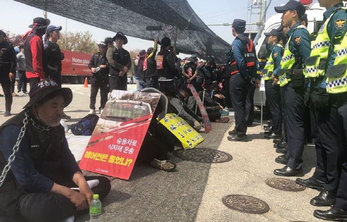 The conflict sparked controversy after the company demanded that the drivers sign an indemnity report that bans them from joining labor unions. (Yonhap)