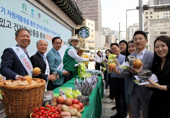 Under the agreement, Starbucks will donate eco-friendly coffee waste to farms in Pyeongtaek and start developing and selling various products using agricultural produce in the area. (image: Starbucks Coffee Korea Co.)