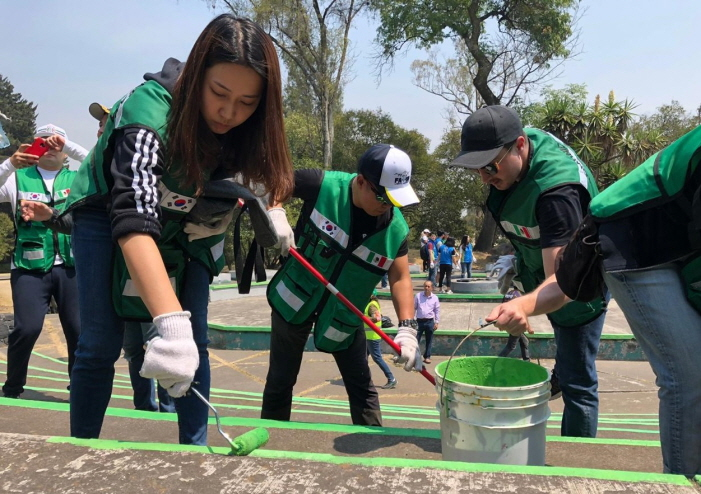 Participants in the Tequio Program collected trash, planted plants, and painted buildings in the 3rd district of Chapultepec Park. (Yonhap)