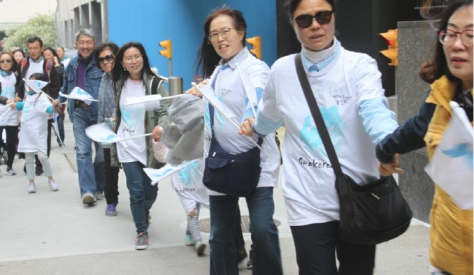S. Koreans Make Human Chain in Manhattan for Peace on the Korean Peninsula