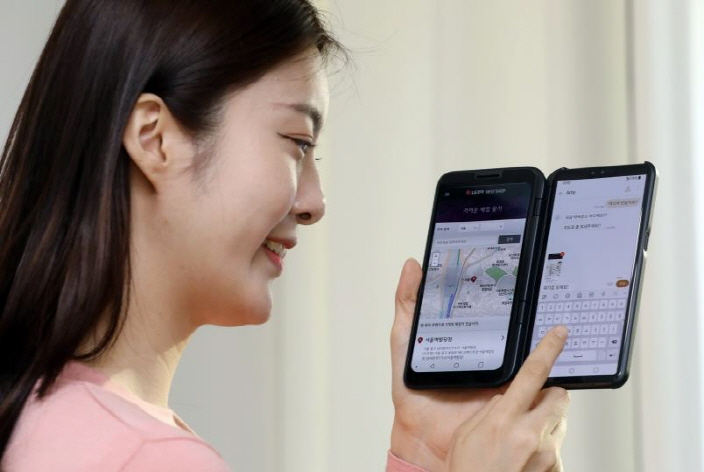 A user searches a map on LG Electronics Inc.'s V50 ThinQ 5G. (image: LG Electronics)