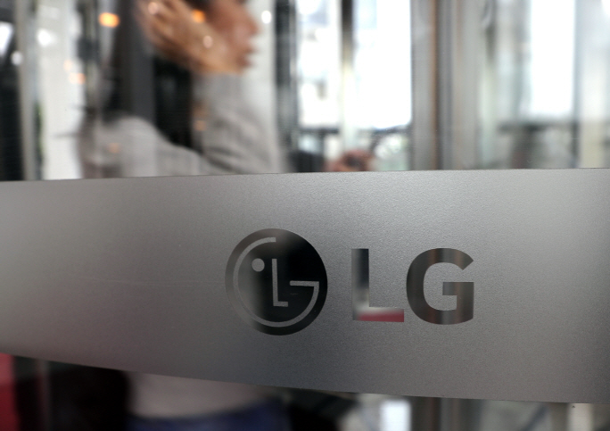 A pedestrian passes by the lobby of LG Electronics Co.'s office in Yeouido, western Seoul, on Oct. 5, 2018. (Yonhap)